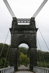 Pont suspendu de la rivière de l'Est -  La pile nord-ouest du pont suspendu de la rivière de l'Est vue depuis le tablier, à la Réunion