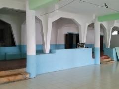 Mosquée du 16e siècle - Français:   Intérieur de la mosquée de Tsingoni (Mayotte), avec sa galerie désormais intérieure entre l\'ancienne mosquée (face) et son extension (zone carrelée).