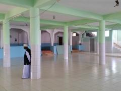 Mosquée du 16e siècle - Français:   Extension de 2004 de la mosquée de Tsingoni. La façade extérieure de l\'ancienne mosquée est au fond, avec la partie bleue, et à droite, l\'escalier accédant à l\'étage construit en 2004.
