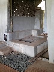 Mosquée du 16e siècle - Français:   Cette tombe (sur la photo après fouille et rénovation) est supposée être celle du sultan, à l\'intérieur de la première extension de la mosquée de Tsingoni.