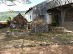 Mosquée du 16e siècle - Français:   Mausolées funéraires shirazi de Tsingoni. Ces tombes royales sont contigües à la mosquée de la commune.