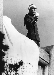 Eglise - English: Famous Japanese novelist Yukio Mishima delivers a speech on the balcony of the Japan Ground Self-Defense Force (JGSDF) building in Tokyo, before committing Harakiri suicide with a short sword.