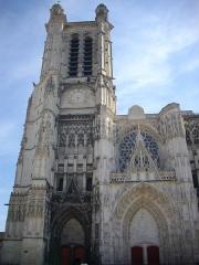 Cathédrale Saint-Pierre Saint-Paul - Français:   Cathédrale Saint-Pierre-et-Saint Paul de Troyes (Aube, France): façade et tour