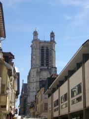 Cathédrale Saint-Pierre Saint-Paul - Cathédrale Saint-Pierre-et-Saint Paul de Troyes (Aube, France), depuis le sud de la rue de la Cité