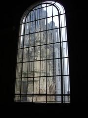 Ancien hôtel-Dieu, actuellement annexe du palais de justice - Palais de justice de Reims (Marne, France): cathédrale au travers de la verrière