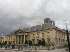 Ancien hôtel-Dieu, actuellement annexe du palais de justice - This building is indexed in the Base Mérimée, a database of architectural heritage maintained by the French Ministry of Culture,under the reference PA00078791 .