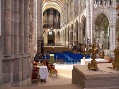 Basilique Saint-Denis - Nef vue de derrière l'autel, dans la basilique Saint-Denis (France).