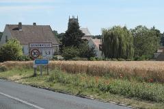 Eglise Saint-Martin - Deutsch: Katholische Pfarrkirche Saint-Martin in Attainville im Département Val-d'Oise (Île-de-France/Frankreich), im Vordergrund Ortsschild