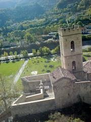Fortifications et citadelle -  Porte d'Italie de la ville d'Entrevaux, vue du chemin d'accès à la citadelle. On voit l'ouvrage à cornes, le pont-levis relevé, la gare en arrière-plan. La tour crénelée est le clocher de l'ancienne cathédrale, qui participait à la défense de la ville.