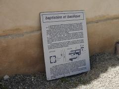 Baptistère dit le Panthéon (chapelle circulaire) - Deutsch: Baptistère de Riez Tafel