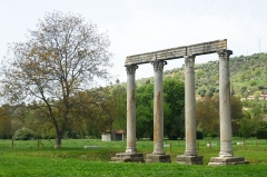 Quatre colonnes antiques surmontées d'un entablement - Deutsch: Reste des Apollo-Tempels in Riez (Alpes-de-Haute-Provence)