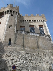 Château Grimaldi ou château de Cagnes - English: Exterior wall of the Cagnes castle (Alpes-Maritimes, France). Walls and battlements are in medieval style, but large windows are in classic style.