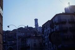Tour du Suquet, chapelle Sainte-Anne et église Notre-Dame-de-l'Espérance -  Blick vom Rathaus (l'hôtel de ville) von Cannes auf die Altstadt Le Suquet mit de Tour de l'horloge de Notre-Dame-de-l'Espérance (Département Alpes-Maritimes/Provence-Alpes-Côte d'Azur, Südfrankreich).