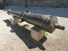 Fort, actuellement Musée de la Mer - English:   Cannon l\'Inconnu (=the Unknown) in front of the porte Marine of the fort-Royal of the Sainte-Marguerite island (Alpes-Maritimes, France).