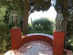 Domaine des Colombières - English: Balconnet of the domaine des Colombières (Alpes-Maritimes, France) with statues of Venus genitrix and Melpomena.