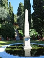 Domaine des Colombières - English: Obelisk and stairs in the domaine des Colombières (Alpes-Maritimes, France).