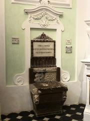 Ancienne abbaye de Saint-Pons, actuellement hôpital Pasteur - Français:   Nous n'avons pas eu d'explications sur cette pièce bien conservée.