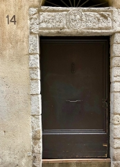 Immeuble - Français:   Immeuble typique du vieux Nice, avec des entrées d'immeuble très travaillées.
