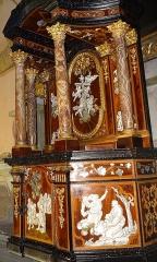 Eglise Saint-Michel - Français:   Tabernacle à 3 registres en bois sculpté, marqueté et doré réalisé en 1746 par Luigi Prinotto, l\'un des meilleurs ébénistes du royaume de Piémont-Sardaigne (date et signature au dos). Orné à l\'origine de 4 colonnes en onyx, il propose également des scènes de marqueterie en ivoire et nacre gravés  Il est exposé dans la chapelle de la Piétà, situé dans l\'ancienne cathédrale Saint Michel à Sospel, Alpes-Maritimes, France. Objet référencé dans la Base Palissy: https://www.pop.culture.gouv.fr/notice/palissy/PM06001818