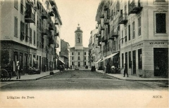 Ensemble concerté constitué au fond du port Lympia -  La rue Bavastro vers 1910. Au fond, l'arrière de l'église du port