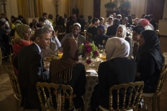Maison - English: President Barack Obama hosts an Iftar dinner celebrating Ramadan in the East Room of the White House