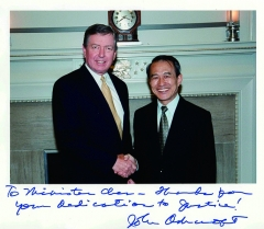 Maison - English: Chen Ding-nan (陳定南), Minister of Justice of the Republic of China (Taiwan) posing for a picture while shaking hands with John Ashcroft (约翰·阿什克罗夫特), Attorney General of the United States of America, during his state visit lasting from 9-13 July 2002. The photograph shown here is underwritten with some words of thanks by Mr. Ashcroft to Mr. Chen. Date and place of picture: Taken during the state visit to the United States of America of Mr. Chen Ding-nan (陳定南) as the Republic of China (Taiwan)'s Minister of Justice, lasting from 9-13 July 2002. Presumably inside the White House.  Title (as named by the archives of the Yilan-based