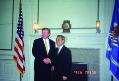 Maison - English: Chen Ding-nan (陳定南), Minister of Justice of the Republic of China (Taiwan) posing for a picture while shaking hands with John Ashcroft (约翰·阿什克罗夫特), Attorney General of the United States of America, during his state visit lasting from 9-13 July 2002. The photograph shown here is dated 13 July 2002 (year 91 in the Minguo calendar). Date and place of picture: Taken during the state visit to the United States of America of Mr. Chen Ding-nan (陳定南) as the Republic of China (Taiwan)'s Minister of Justice, lasting from 9-13 July 2002. Photograph presumably taken on 13 July 2002 (Taipei time), as per the automatic orange inset at the bottom-right. Presumably inside the White House.  Title (as named by the archives of the Yilan-based