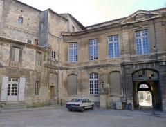 Archevêché - Palais de l'archevêché (cour) - Arles (France)