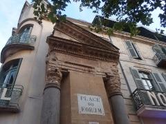 Forum - Français:   Arles, Place du Forum, Colonnes de Saint-Lucien