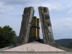 Ancien pont suspendu de Mirabeau (également sur commune de Mirabeau (Vaucluse) ) - Français:   Les bas-reliefs d\'Antoine Sartorio des quatre départements (Bouches-du-Rhône, Basses-Alpes, Vaucluse et le Var) au rond-point de l\'ancien pont Mirabeau (au fond).