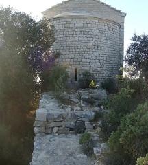 Chapelle Saint-André-de-Julhans - Français:   Vestiges d\'anciennes constructions au pied de la chapelle.