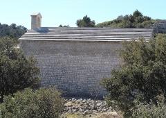 Chapelle Saint-André-de-Julhans - Français:   Profil de la chapelle, montrant la construction du toit en rangs horizontaux de lauzes calcaires parfaitement ajustées.