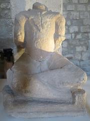 Ancien hôtel de Sade, actuellement musée lapidaire - Deutsch: Figur eines sitzenden Kelten aus Glanum im Hôtel de Sade in Saint-Rémy-de-Provence