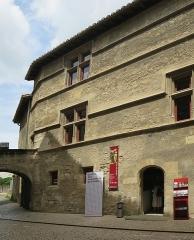 Ancien hôtel de Sade, actuellement musée lapidaire - Deutsch: Straßenfassade des Hôtel de Sade in Saint-Rémy-de-Provence