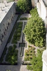 Château du Roi René -  Garden of the outerr courtyard, seen from the terrace.