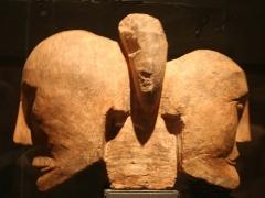 Site archéologique de Roquepertuse -  Roquepertuse (Bouches-du-Rhône) têtes adossées à la façon des Hermés grecs, sculpture celto-ligure du IIIe siècle av. J.C., à la réunion des deux têtes se trouve un appendice qui serait le reste d'une coiffure, hauteur=0.39 longueur=0.19 mètre. Musée d'archéologie méditerranéenne de la vieille Charité à Marseille.