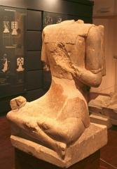 Site archéologique de Roquepertuse -  Roquepertuse (Bouches-du-Rhône), statue de guerriers assis en tailleur; il porte une chasuble à dessins géomètriques, IIIe-IIe siècle av. J.C.. hauteur=0.93 Longueur=0.58 épaisseur=0.67 exposé au musée d'archéologie méditerranéenne de la vieille Charité à Marseille.