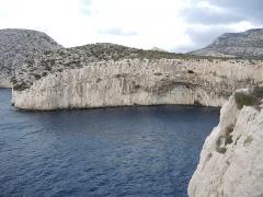 Grottes Cosquer, de la Triperie, du Figuier, du Renard - English: The Calanque de la Triperie at Cap Morgiou, Marseille, with the entrance to Cosquer Cave
