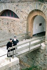 Fort de la Repentance -  Отец Серафим (Пиотт), основатель монастыря святой Марии Египетской на Поркероле, и отец Кассиан из Антониевского монастыря в Веркоре у входа в форт Покаяния (ныне тот самый монастырь святой Марии, афонское подворье).