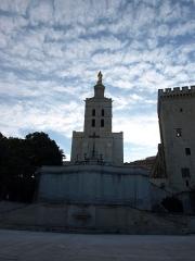 Cathédrale Notre-Dame-des-Doms - La cathédrale Notre-Dame des Doms d'Avignon (Vaucluse, France), vue depuis la place du palais des Papes au matin