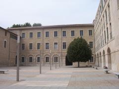 Hôpital Sainte-Marthe -  Université d'Avignon et des Pays de Vaucluse, France: Site Sainte-Marthe, cour intérieure.