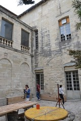 Immeuble dit maison du roi René - This building is indexed in the Base Mérimée, a database of architectural heritage maintained by the French Ministry of Culture,under the reference PA00081912 .