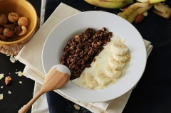 Maison - English: A bowl of Diamond Grains Granola combined with yogurt, nuts and fruits