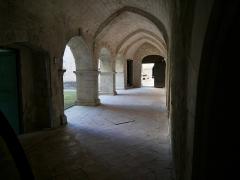 Ancienne abbaye Saint-Hilaire - Deutsch: Abbaye de Saint-Hilaire (Ménerbes) Gang