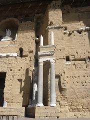 Amphithéâtre (temple dans un hémicyle précédé d'un nymphée) - Italiano: Teatro romano di Orange, Francia.