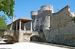 Porte Notre-Dame, pont qui la précède ainsi que la chapelle et l'auvent couvert - Français:   France - Provence - Vaucluse - Pernes-les-Fontaines - Chapelle et porte Notre-Dame