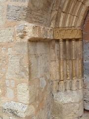 Eglise Saint-Martin et Sainte-Croix - Français:   Détail du portail situé sur la façade ouest de l\'église Sainte-Croix d\'Allas-les-Mines (Dordogne)