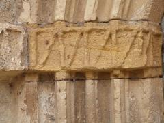 Eglise Saint-Martin et Sainte-Croix - Français:   Bandeau sculpté situé entre les archivoltes et les colonnettes du portail sur la façade ouest de l\'église Sainte-Croix d\'Allas-les-mines (Dordogne)