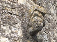 Eglise Saint-Martin et Sainte-Croix - Français:   Sculpture d\'une tête féminine ornant la tourelle d\'escalier, côté sud, de l\'église Sainte-Croix d\'Allas-les-Mines (Dordogne)