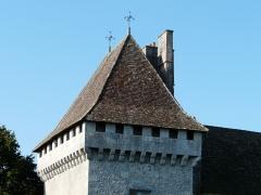 Château de Gageac - Français:   Vue depuis le nord-est, la tour est du château de Gageac, Gageac-et-Rouillac, Dordogne, France.